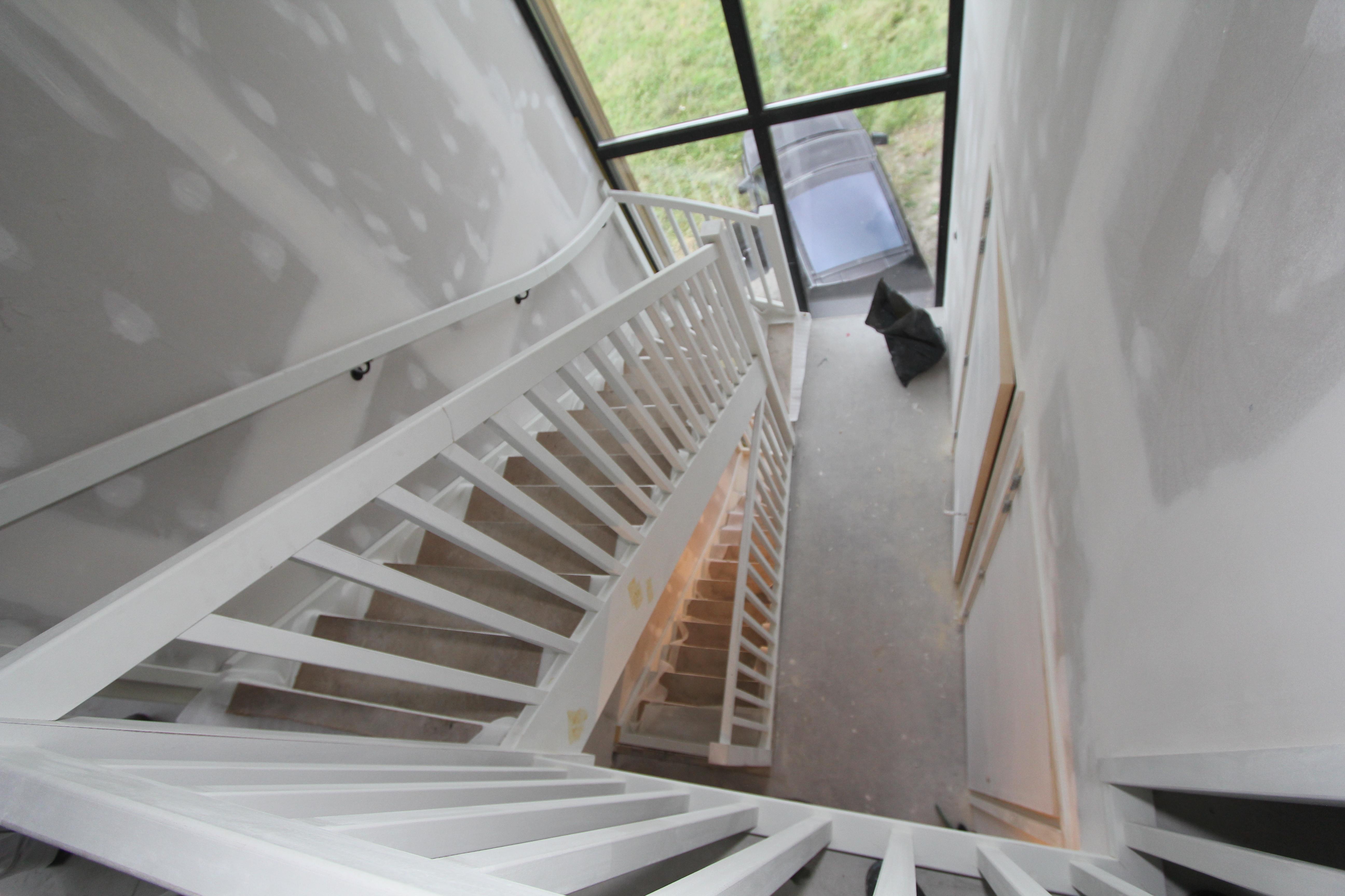 Houten trappen voorbereiden voor spuitwerk