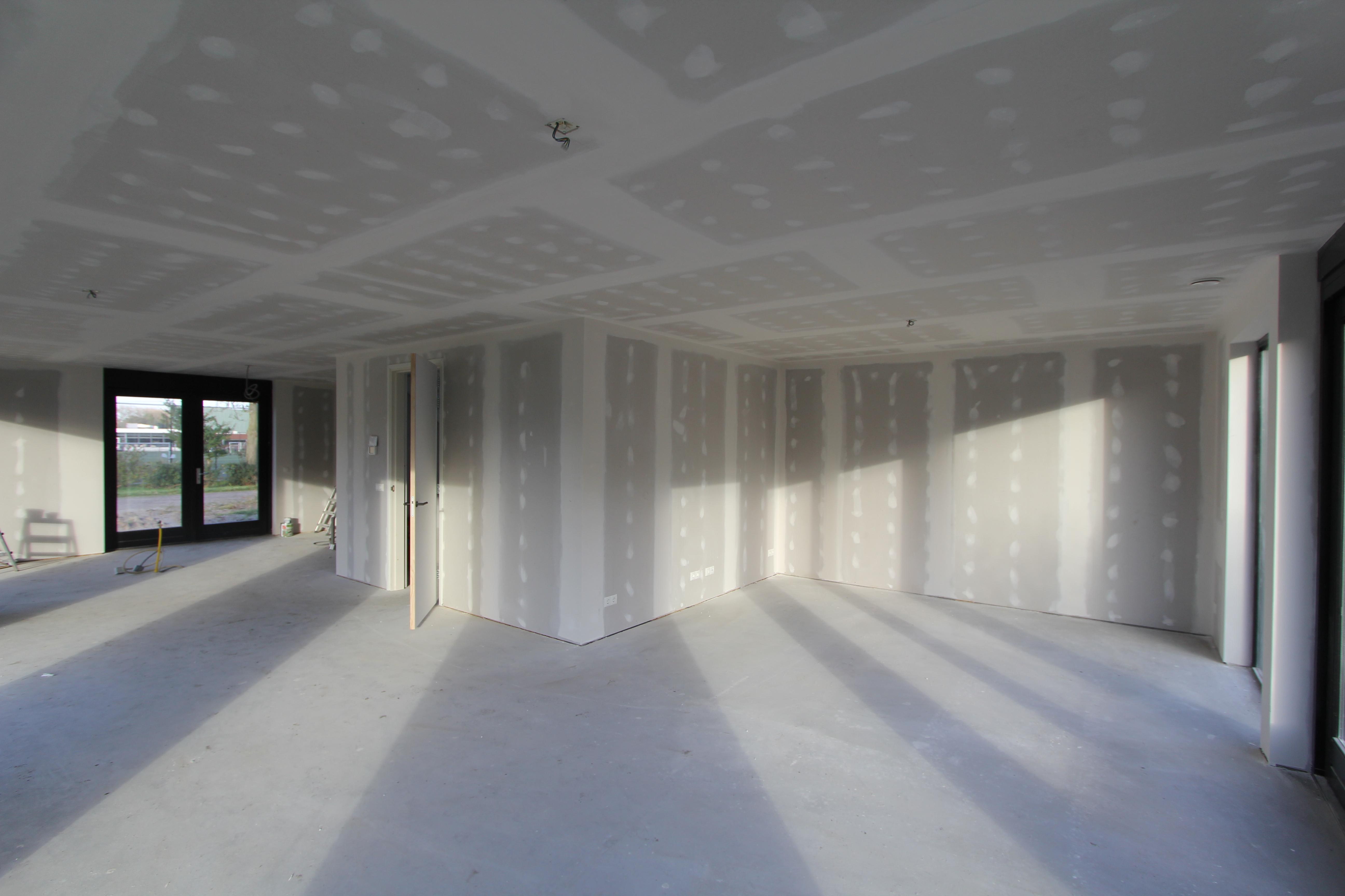 Afwerken metal-stud wanden en plafonds met spuitwerk